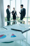 Soci commerciali che discutono i documenti e le idee alla riunione Fotografia Stock Libera da Diritti