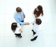 Soci commerciali che stringono le mani nel corridoio di riunione Fotografia Stock