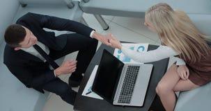 Soci commerciali sicuri che lavorano nell'ufficio e nella conversazione Immagini Stock Libere da Diritti