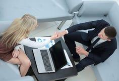 Soci commerciali sicuri che lavorano nell'ufficio e nella conversazione Fotografie Stock Libere da Diritti