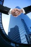 Soci dell'uomo d'affari che agitano le mani con il vestito Fotografia Stock