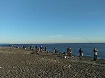 Soci, rf 14 maggio 2019: Pescatori sulla pesca della spiaggia immagine stock