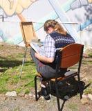 SOCI, RUSSIA - 8 APRILE 2018: La ragazza disegna un'immagine Fotografia Stock Libera da Diritti