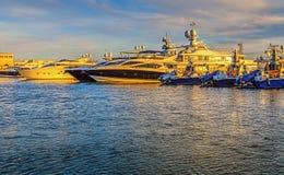 SOCI, RUSSIA - 26 aprile 2015: Yacht alla luce di sera Fotografia Stock