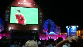 SOCI, RUSSIA - 15 giugno 2018: La FIFA 2018 trasmetta per radio il gioco sullo schermo nel porto marittimo i fan stanno guardando archivi video