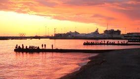 SOCI, RUSSIA, IL 23 APRILE 2019 - tramonto sul Mar Nero, siluette dei pescatori sui frangiflutti video d archivio