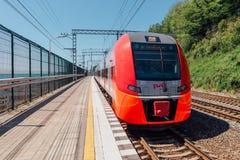 SOCI, RUSSIA, IL 10 MAGGIO 2015: Il treno di Lastochka arriva alla stazione ferroviaria di Matsesta Fotografie Stock