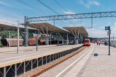SOCI, RUSSIA, IL 3 MAGGIO 2015: Treno di Lastochka alla stazione del parco olimpico fotografie stock libere da diritti