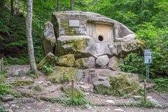 SOCI, RUSSIA - 5 LUGLIO 2015: Establi monolitico e antico del dolmen immagini stock libere da diritti
