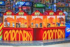 Soci, Russia - 26 luglio 2008: Parte anteriore all'aperto del deposito del popcorn Generi differenti di popcorn da vendere Popcor fotografia stock libera da diritti