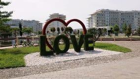 Soci, Russia - 31 maggio Una scultura di 201 paesaggio nella forma di amore di parola e del cuore al parco a tre stelle di Soci d video d archivio