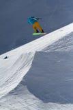 SOCI, RUSSIA - 22 MARZO 2014: Lo Snowboarder salta nel parco della neve, stazione sciistica Immagine Stock Libera da Diritti