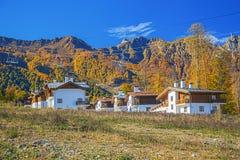 SOCI, RUSSIA - 18 OTTOBRE 2015: Cottage di Rosa Khutor Resort Immagine Stock Libera da Diritti