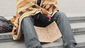 Sociaal kwetsbare eenzame mens die om hulp en het bedelen, armoede en droefheid vragen stock videobeelden
