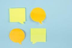 Sociaal media praatjeconcept Gele lege lege praatjebel voor tekst op blauwe achtergrond Symbool van levend praatje Bureaulijst Stock Foto