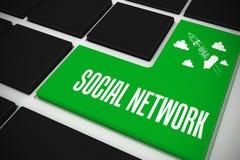 Sociaal netwerk op zwart toetsenbord met groene sleutel Stock Fotografie