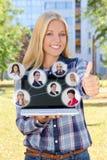 Sociaal netwerkconcept - de mooie vrouw met laptop beduimelt omhoog I Royalty-vrije Stock Foto's