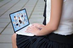 Sociaal netwerkconcept - sluit omhoog van meisje in school eenvormige usin royalty-vrije stock fotografie