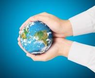 Social de la terre dans l'humain la main Photographie stock libre de droits