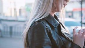 Social knyta kontakt livsstil f?r blond damsmartphone arkivfilmer