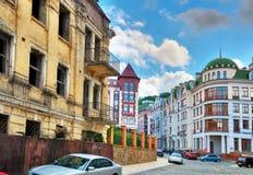 Social kontrast av stads- hus royaltyfri bild