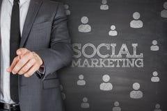 Social marknadsföring på svart tavla arkivbild