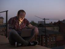 Social massmediakommunikation utomhus Man på taket Royaltyfri Fotografi
