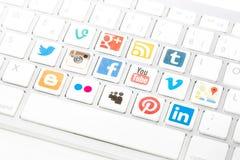 Social massmedialogotypsamling som skrivs ut och förläggas på vitcom Arkivfoto