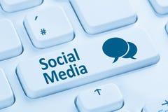 Social massmedianätverksinternet som knyter kontakt online-kamratskapblått Royaltyfria Foton