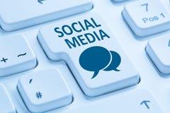Social massmedianätverksinternet som knyter kontakt online-kamratskapblått Fotografering för Bildbyråer
