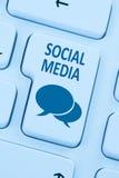Social massmedianätverksinternet som knyter kontakt online-kamratskapblått Arkivbild