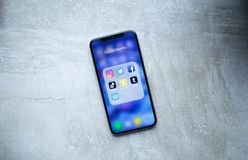 Social Media-Anwendungs-Ikonen auf Iphone X stockfotos