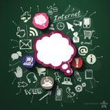 Social Media-Collage mit Ikonen auf Tafel Lizenzfreies Stockbild