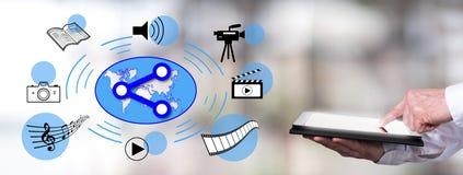 Social Media, das Konzept mit dem Mann verwendet eine Tablette teilt Lizenzfreies Stockbild
