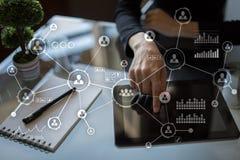 Social Media-Diagramm-Illustrationsdesign über Weiß Organisationsstruktur Stunde Ein Bündel Leute, habend Gespräche Lizenzfreie Stockfotografie