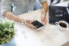 Social Media-Diagramm-Illustrationsdesign über Weiß Organisationsstruktur Stunde Ein Bündel Leute, habend Gespräche Hintergrund d Stockfoto