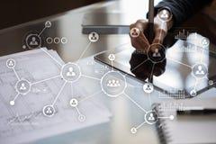 Social Media-Diagramm-Illustrationsdesign über Weiß Organisationsstruktur Stunde Ein Bündel Leute, habend Gespräche Hintergrund d Stockbild