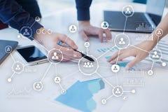 Social Media-Diagramm-Illustrationsdesign über Weiß Organisationsstruktur Stunde Ein Bündel Leute, habend Gespräche Internet und  lizenzfreies stockbild