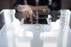 Social Media-Diagramm-Illustrationsdesign über Weiß Organisationsstruktur Stunde Ein Bündel Leute, habend Gespräche Internet und  stockfotografie