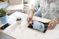 Social Media-Diagramm-Illustrationsdesign über Weiß Organisationsstruktur Stunde Ein Bündel Leute, habend Gespräche Internet und  lizenzfreies stockfoto