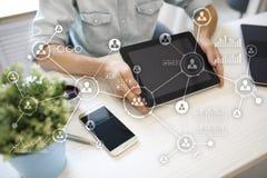 Social Media-Diagramm-Illustrationsdesign über Weiß Organisationsstruktur Stunde Ein Bündel Leute, habend Gespräche Internet und  Lizenzfreie Stockbilder