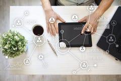 Social Media-Diagramm-Illustrationsdesign über Weiß Organisationsstruktur Stunde Ein Bündel Leute, habend Gespräche Internet und  Stockbild