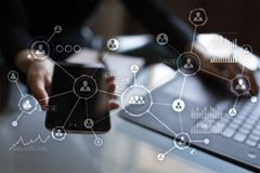 Social Media-Diagramm-Illustrationsdesign über Weiß Organisationsstruktur Stunde Ein Bündel Leute, habend Gespräche Internet und  Stockfotos