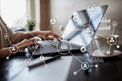 Social Media-Diagramm-Illustrationsdesign über Weiß Organisationsstruktur Stunde Ein Bündel Leute, habend Gespräche Internet und  Stockbilder