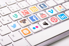 Social Media-Firmenzeichensammlung gedruckt und auf weiße COM gesetzt Lizenzfreie Stockfotografie