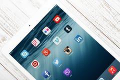 Social Media-Ikonen auf Schirm von iPad Stockbild