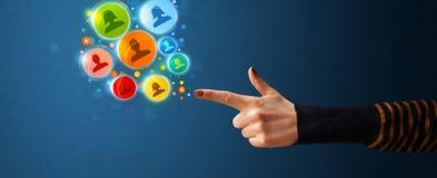 Social Media-Ikonen, die aus geformte Hand des Gewehrs herauskommen Lizenzfreie Stockfotos