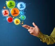 Social Media-Ikonen, die aus geformte Hand des Gewehrs herauskommen Lizenzfreies Stockfoto