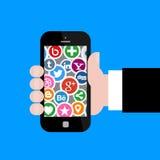 Social Media-Ikonen mit der Hand, die Smartphone 2 hält Stockfoto