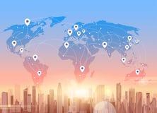 Social Media-Kommunikations-Internet-Verbindungs-Stadt-Wolkenkratzer-Ansicht-Weltkarte-Hintergrund Stockfotos